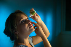 Γυναίκα με τα μάτια που κουράζεται εφαρμογή των πτώσεων ματιών κολλυρίων Στοκ φωτογραφία με δικαίωμα ελεύθερης χρήσης