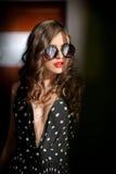 Γυναίκα με τα μαύρα γυαλιά ηλίου και τη μακριά σγουρή τρίχα όμορφη γυναίκα πορτρέτου Φωτογραφία τέχνης μόδας του νέου προτύπου με Στοκ φωτογραφίες με δικαίωμα ελεύθερης χρήσης