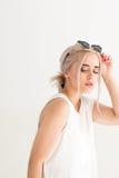 Γυναίκα με τα μαύρα γυαλιά ηλίου στο κεφάλι Στοκ Φωτογραφίες