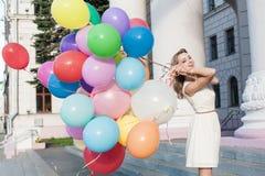 Γυναίκα με τα μπαλόνια Στοκ Εικόνες