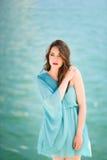 Γυναίκα με τα μπλε μάτια που φορούν το μπλε φόρεμα στην παραλία Στοκ Εικόνα