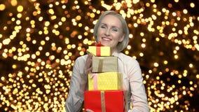 Γυναίκα με τα νέα κιβώτια δώρων έτους απόθεμα βίντεο