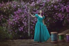 Γυναίκα με τα νήματα και μια βελόνα στοκ φωτογραφία με δικαίωμα ελεύθερης χρήσης