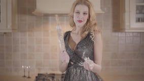 Γυναίκα με τα ξανθά μαλλιά, τα μεγάλα στήθη, το κόκκινο κραγιόν και το κυλώντας παιχνίδι χεριών καρφιτσών διαθέσιμο με το αλεύρι  φιλμ μικρού μήκους