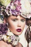 Γυναίκα με τα λουλούδια στο τρίχωμά της Στοκ φωτογραφίες με δικαίωμα ελεύθερης χρήσης