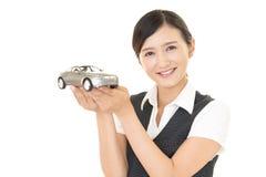 Γυναίκα με τα παιχνίδια αυτοκινήτων Στοκ Εικόνα
