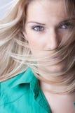 Γυναίκα με τα πετώντας ξανθά μαλλιά Στοκ φωτογραφία με δικαίωμα ελεύθερης χρήσης