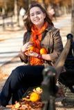 Γυναίκα με τα πορτοκάλια στο πάρκο στην πτώση στοκ φωτογραφίες