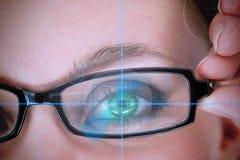 Γυναίκα με τα πράσινα μάτια που αναλύουν κάτι στοκ φωτογραφία