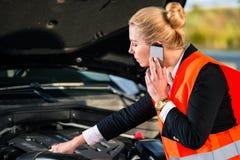 Γυναίκα με τα προβλήματα μηχανών αυτοκινήτων που καλούν την υπηρεσία επισκευής Στοκ Εικόνες