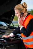 Γυναίκα με τα προβλήματα μηχανών αυτοκινήτων που καλούν την υπηρεσία επισκευής Στοκ Φωτογραφίες