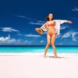 Γυναίκα με τα σαρόγκ στην παραλία στις Σεϋχέλλες Στοκ Εικόνες