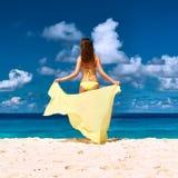 Γυναίκα με τα σαρόγκ στην παραλία Στοκ Εικόνα