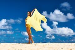 Γυναίκα με τα σαρόγκ στην παραλία Στοκ Εικόνες