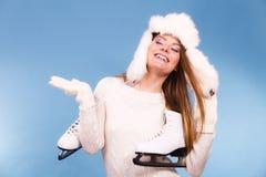 Γυναίκα με τα σαλάχια πάγου που παίρνουν έτοιμα για το πατινάζ πάγου Στοκ φωτογραφία με δικαίωμα ελεύθερης χρήσης