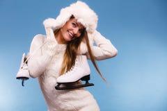 Γυναίκα με τα σαλάχια πάγου που παίρνουν έτοιμα για το πατινάζ πάγου Στοκ φωτογραφίες με δικαίωμα ελεύθερης χρήσης