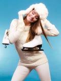 Γυναίκα με τα σαλάχια πάγου που παίρνουν έτοιμα για το πατινάζ πάγου Στοκ εικόνες με δικαίωμα ελεύθερης χρήσης