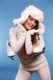 Γυναίκα με τα σαλάχια πάγου που παίρνουν έτοιμα για το πατινάζ πάγου Στοκ Φωτογραφίες