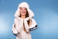 Γυναίκα με τα σαλάχια πάγου που παίρνουν έτοιμα για το πατινάζ πάγου Στοκ εικόνα με δικαίωμα ελεύθερης χρήσης