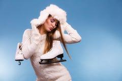 Γυναίκα με τα σαλάχια πάγου που παίρνουν έτοιμα για το πατινάζ πάγου Στοκ Εικόνες