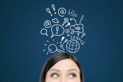 Γυναίκα με τα σκίτσα αναζήτησης Διαδικτύου στο σκούρο μπλε τοίχο στοκ φωτογραφία με δικαίωμα ελεύθερης χρήσης