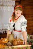 Γυναίκα με τα σπιτικά ψημένα αγαθά Στοκ εικόνα με δικαίωμα ελεύθερης χρήσης