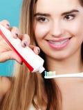 Γυναίκα με τα στηρίγματα που κρατά την οδοντόβουρτσα και την οδοντόπαστα Στοκ φωτογραφίες με δικαίωμα ελεύθερης χρήσης