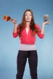 Γυναίκα με τα χάπια και τα λαχανικά απώλειας βάρους διατροφής Στοκ Εικόνες