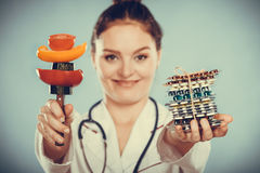 Γυναίκα με τα χάπια και τα λαχανικά απώλειας βάρους διατροφής Στοκ φωτογραφία με δικαίωμα ελεύθερης χρήσης