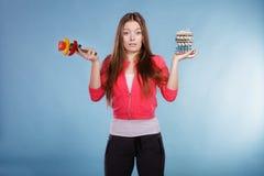 Γυναίκα με τα χάπια και τα λαχανικά απώλειας βάρους διατροφής Στοκ φωτογραφίες με δικαίωμα ελεύθερης χρήσης