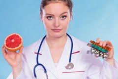 Γυναίκα με τα χάπια και το γκρέιπφρουτ απώλειας βάρους διατροφής Στοκ Εικόνες