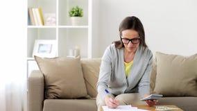 Γυναίκα με τα χρήματα, τα έγγραφα και τον υπολογιστή στο σπίτι φιλμ μικρού μήκους