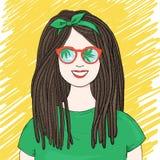 Γυναίκα με τα dreadlocks και τα γυαλιά ηλίου Τα γυαλιά ηλίου απεικονίζουν τον ουρανό και τους φοίνικες ελεύθερη απεικόνιση δικαιώματος