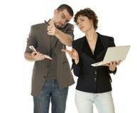 Γυναίκα με τα netbooks και άνδρας με το σημειωματάριο στοκ φωτογραφία με δικαίωμα ελεύθερης χρήσης