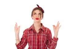 Γυναίκα με την αναδρομική ορισμένη διασχισμένη δάχτυλα χειρονομία εκμετάλλευσης τρίχας στοκ εικόνα