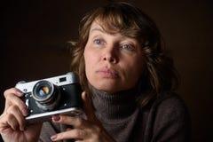 Γυναίκα με την αναδρομική κάμερα Στοκ φωτογραφία με δικαίωμα ελεύθερης χρήσης