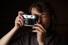 Γυναίκα με την αναδρομική κάμερα Στοκ Εικόνες