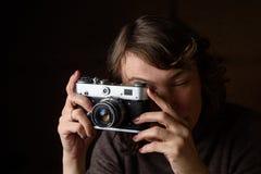 Γυναίκα με την αναδρομική κάμερα Στοκ εικόνα με δικαίωμα ελεύθερης χρήσης