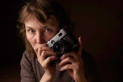 Γυναίκα με την αναδρομική κάμερα Στοκ Φωτογραφία