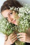 Γυναίκα με την ανθοδέσμη των λουλουδιών στα χέρια Στοκ Φωτογραφία
