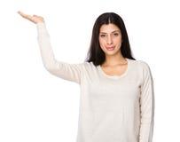 Γυναίκα με την ανοικτή παλάμη χεριών Στοκ Εικόνα