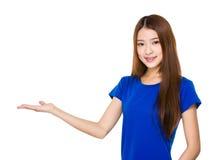 Γυναίκα με την ανοικτή παλάμη χεριών Στοκ εικόνες με δικαίωμα ελεύθερης χρήσης
