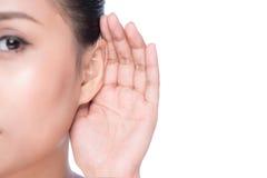 Γυναίκα με την απώλεια ακοής ή σκληρός της ακρόασης στοκ φωτογραφίες