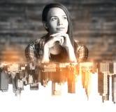 Γυναίκα με την αφηρημένη πόλη Στοκ φωτογραφία με δικαίωμα ελεύθερης χρήσης