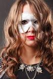 Γυναίκα με την ενετική κινηματογράφηση σε πρώτο πλάνο μασκών καρναβαλιού Στοκ φωτογραφία με δικαίωμα ελεύθερης χρήσης