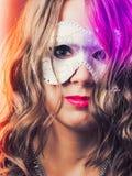 Γυναίκα με την ενετική κινηματογράφηση σε πρώτο πλάνο μασκών καρναβαλιού Στοκ Φωτογραφία