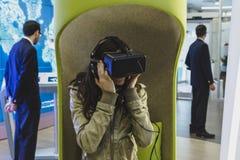 Γυναίκα με την κάσκα εικονικής πραγματικότητας σε EXPO 2015 στο Μιλάνο, Ιταλία Στοκ Φωτογραφία