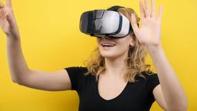Γυναίκα με την κάσκα VR στο κεφάλι που κάνει τις χειρονομίες απόθεμα βίντεο