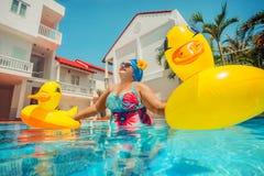 Γυναίκα με την κίτρινη πάπια lifebuoy στοκ φωτογραφία με δικαίωμα ελεύθερης χρήσης