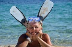 Γυναίκα με την κατάδυση Masque και βατραχοπέδιλα στοκ εικόνα με δικαίωμα ελεύθερης χρήσης